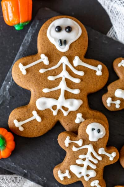 Gingerbread skeleton cookies for Halloween
