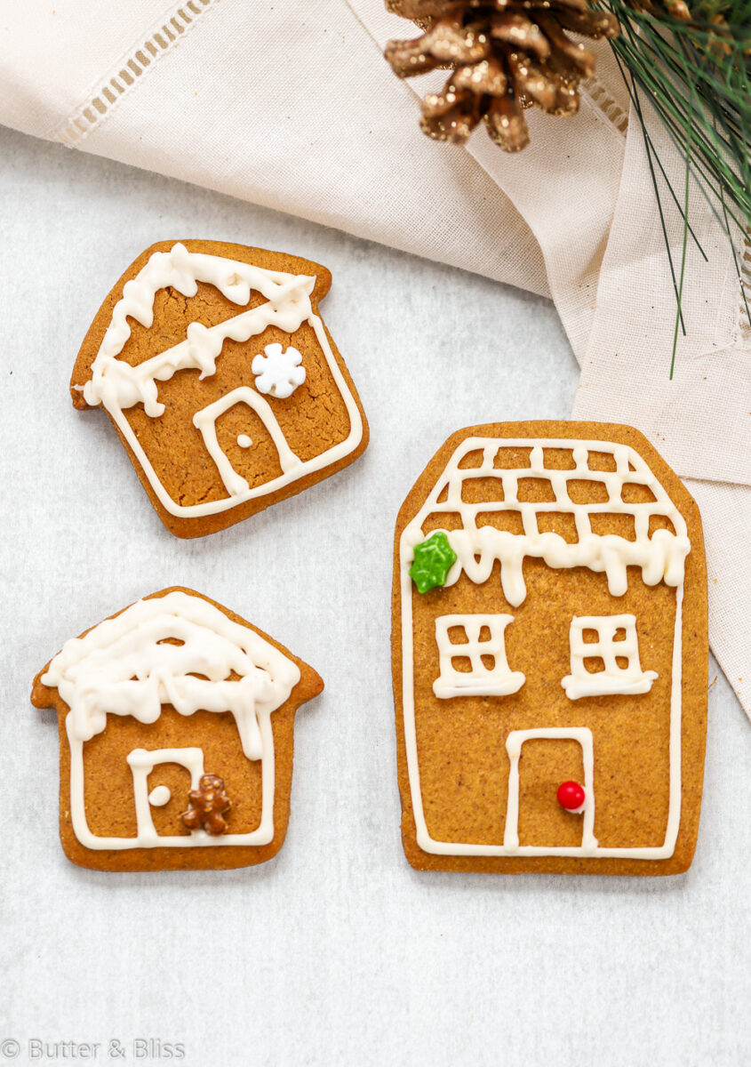 Big and small gingerbread house cookies