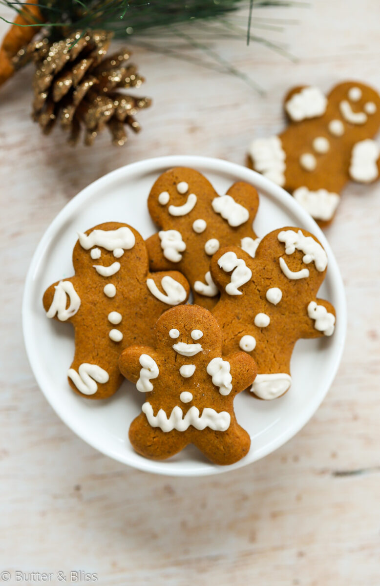 A plate of small gingerbread cookies